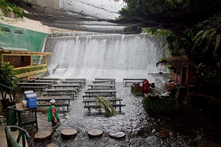 Villa-Escudero-Restaurant-in-river