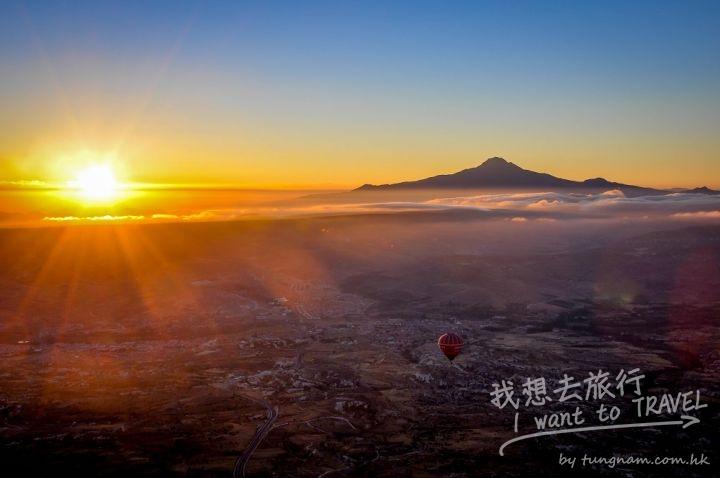 Turkey-Cappadocia-hot-air-balloon-at-sunrise-1