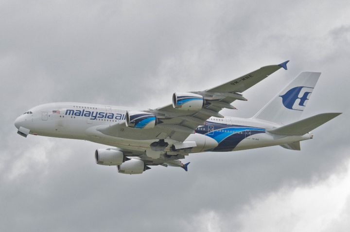 Malaysia_Airlines_Airbus_A380-841;_9M-MNE@LHR;13.05.2013_708bu_(8738120436)